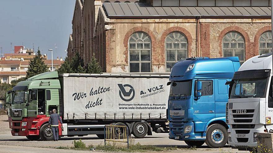 Denuncian el aparcamiento sin control de camiones con cargas peligrosas