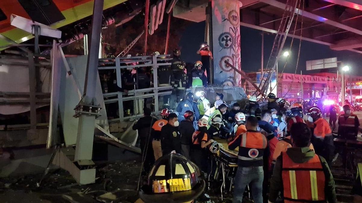 Labores de rescate en el Metro de Ciudad de México.