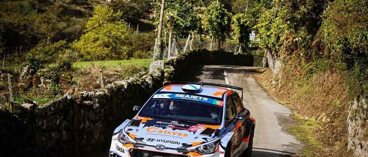 El Hyundai i20 R5 de Ares y Vázquez en uno de los tramos del Rally de Fafe Montolongo