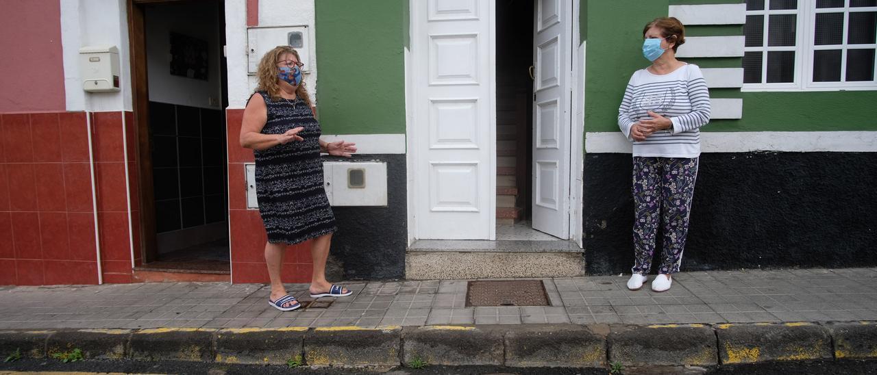 Cecilia González y Araceli Domínguez, delante de la alcantarilla apestosa.