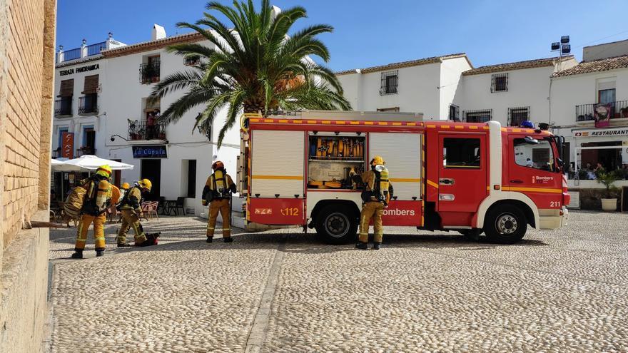 Un incendio en el casco antiguo de Altea sobresalta a vecinos y turistas