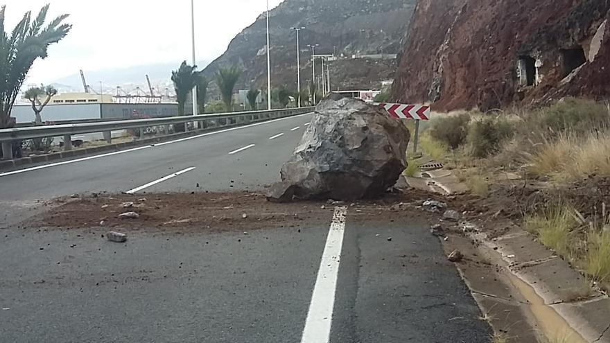 Un desprendimiento cierra la carretera de San Andrés