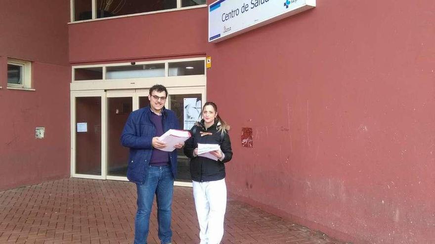 Tomás del Bien y Raquel Fusalba se disponen a presentar en el centro de salud las 550 quejas sobre la atención sanitaria.