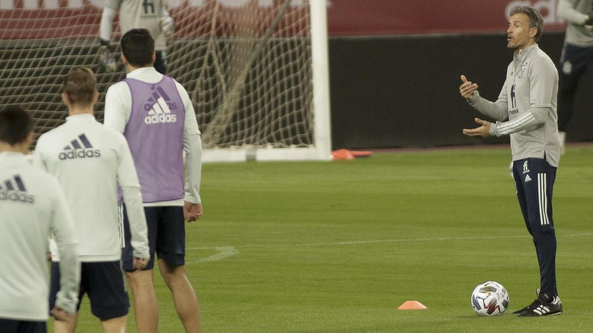Luis Enrique da instrucciones en un entrenamiento de la selección