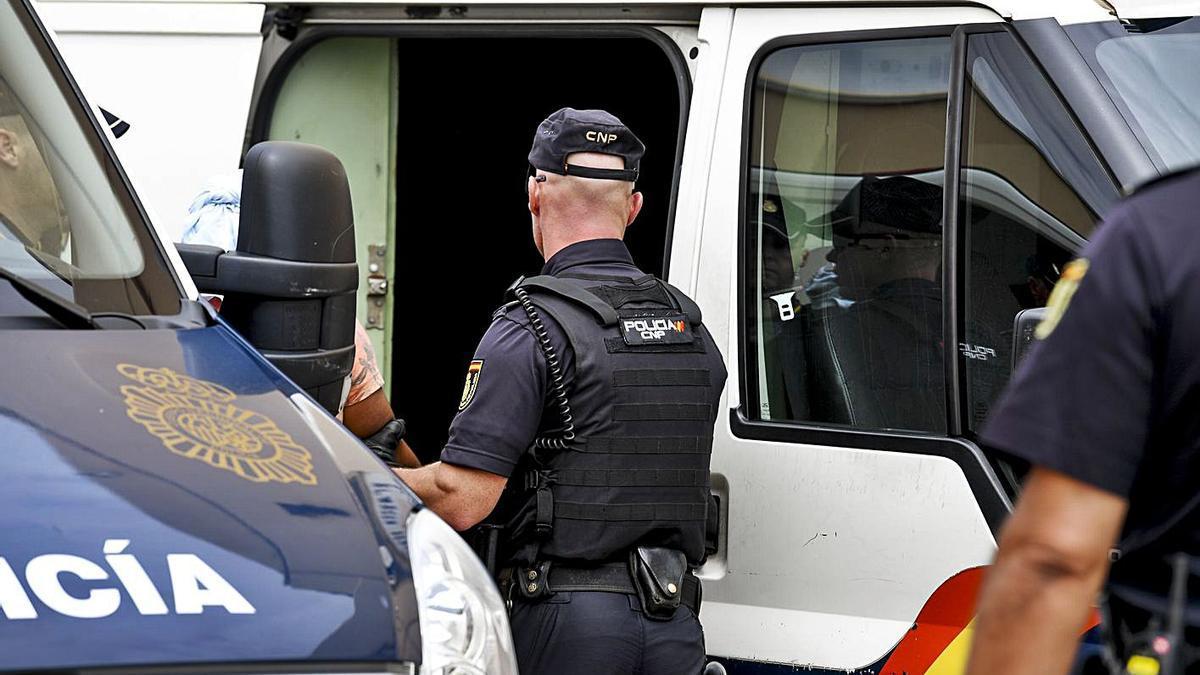Un instante de la detención de un hombre acusado de blanqueo de capitales y otros delitos tras traer droga a las Islas.