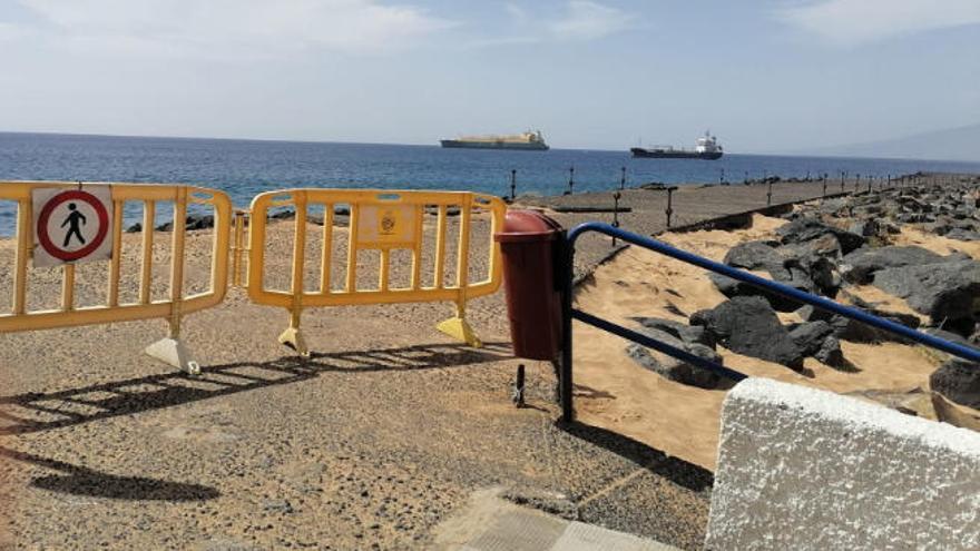 El fuerte oleaje obliga a cerrar el acceso a la escollera de Las Teresitas