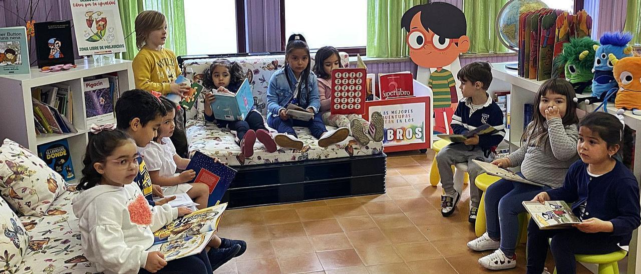 Los niños de Infantil en la biblioteca.
