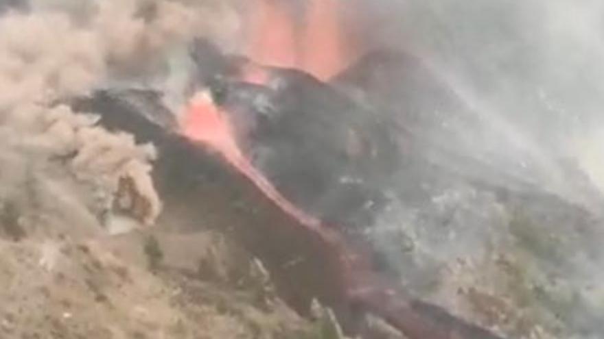 El volcán de La Palma desde el helicóptero de la Guardia Civil en el sexto día de erupción