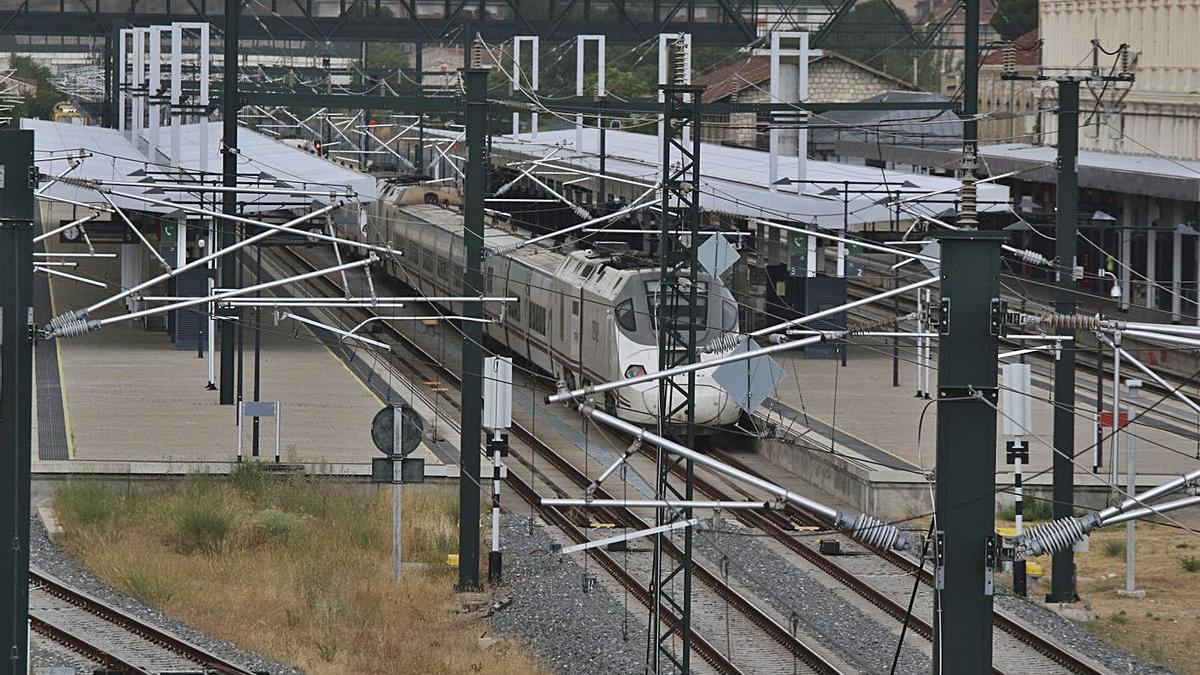 Un tren de Renfe durante una parada en la estación de Zamora. | José Luis Fernández