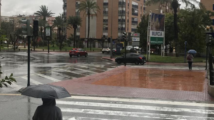 La lluvia rompe los semáforos de Plaza Castilla y El Malecón en Murcia