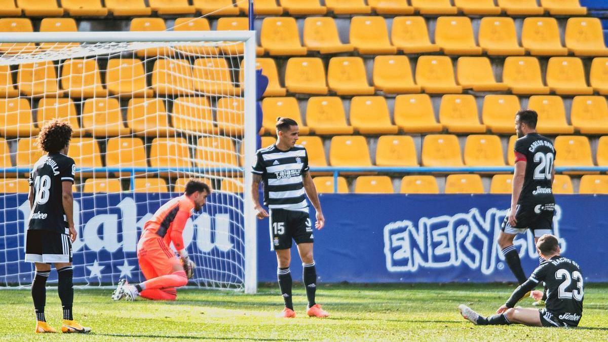 Varios jugadores albinegros,  tras un gol del Alcorcón.  LOF
