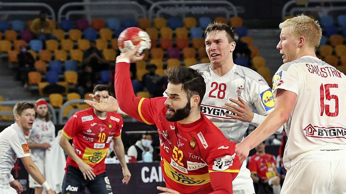 Jugada de ataque del equipo español ante Dinamarca.    // EFE
