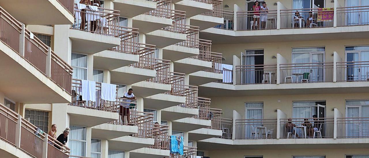 Turistas en un hotel de Sant Antoni durante el verano de 2019.
