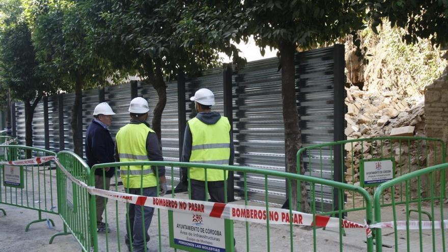Comienzan los trabajos de urgencia en la muralla que se derrumbó en la calle San Fernando