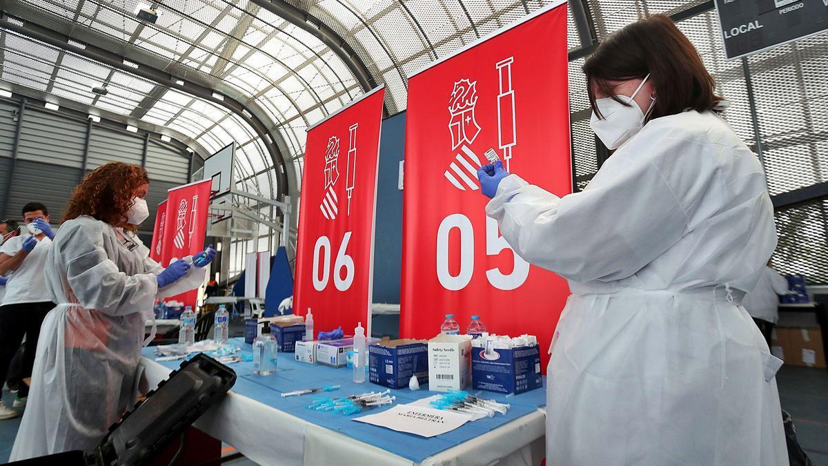 El personal de enfermería prepara las vacunas de AstraZeneca para inocularlas en los trabajadores educativos en Massamagrell, ayer.  | FRANCISCO CALABUIG