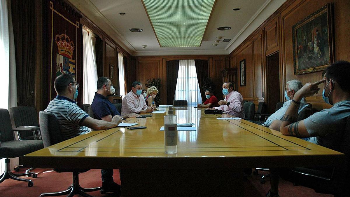 Reunión mantenida ayer en Zamora entre representantes de la Diputación y representantes municipales.   Cedida