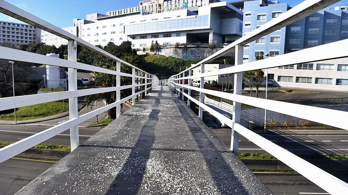 Vista de la fachada principal del Hospital Universitario, desde la pasarela peatonal de acceso. |  // C. PARDELLAS