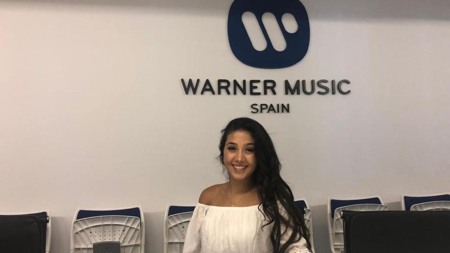 La cantante eldense Shakira firma con Warner Music