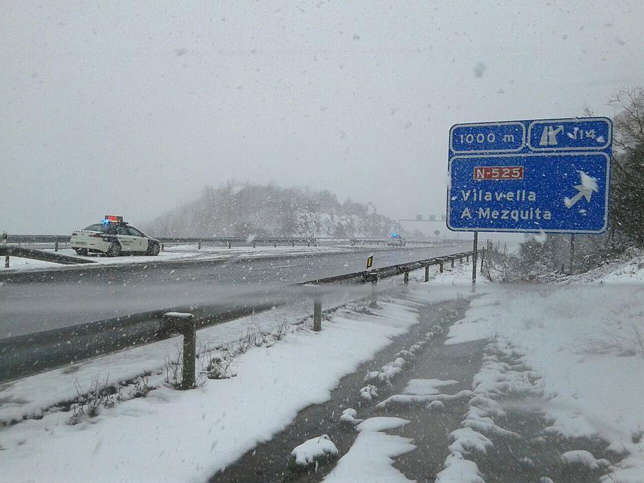La nieve complica el tráfico en la A-52
