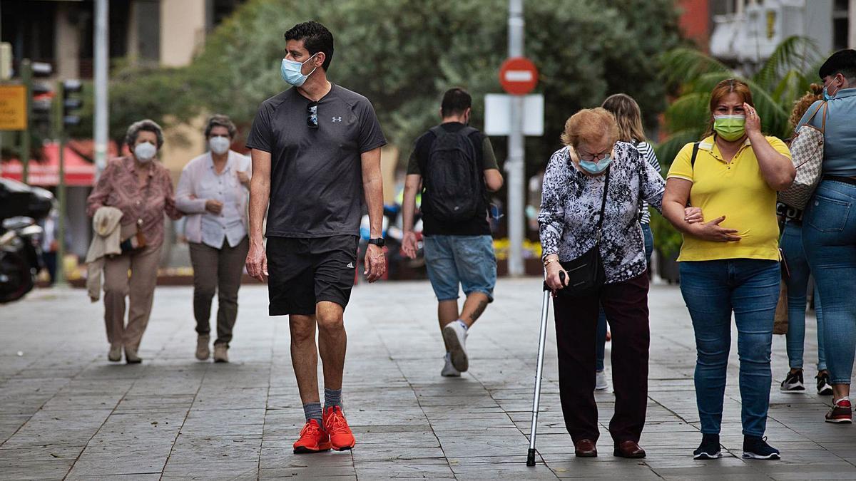 Personas con mascarillas paseando por el centro de Santa Cruz de Tenerife. | | CARSTEN W. LAURITSEN