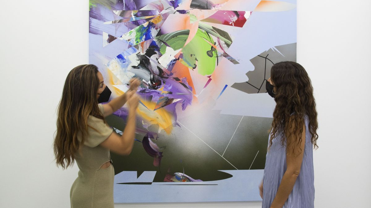 Tatiana Roig y Mapi Gómez con la obra de Oñate