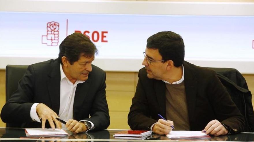 La gestora confía en serenar el PSOE con la fecha del congreso