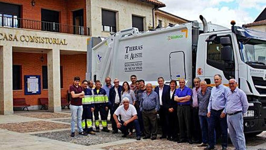 Acto de entrega, en Alcañices, del nuevo camión a la Mancomunidad Tierras de Aliste.