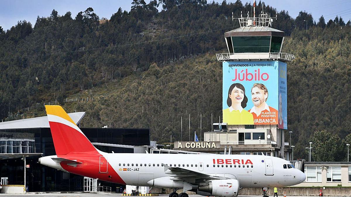 Un avión de Iberia, en Alvedro, en 2019. |   // CARLOS PARDELLAS