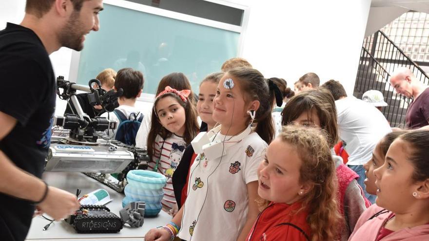 Un scalextrix controlado con la mente, en la Feria de la Ciencia y la Tecnología