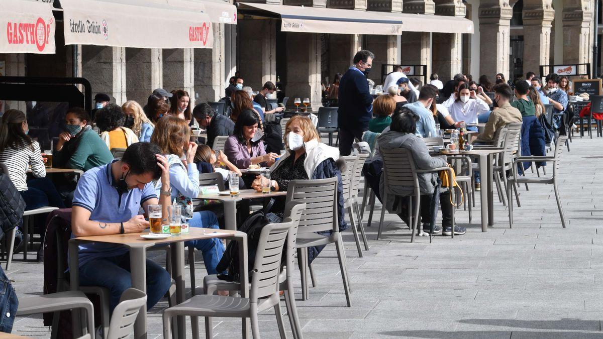 Clientes en las terrazas de la Marina, en A Coruña.