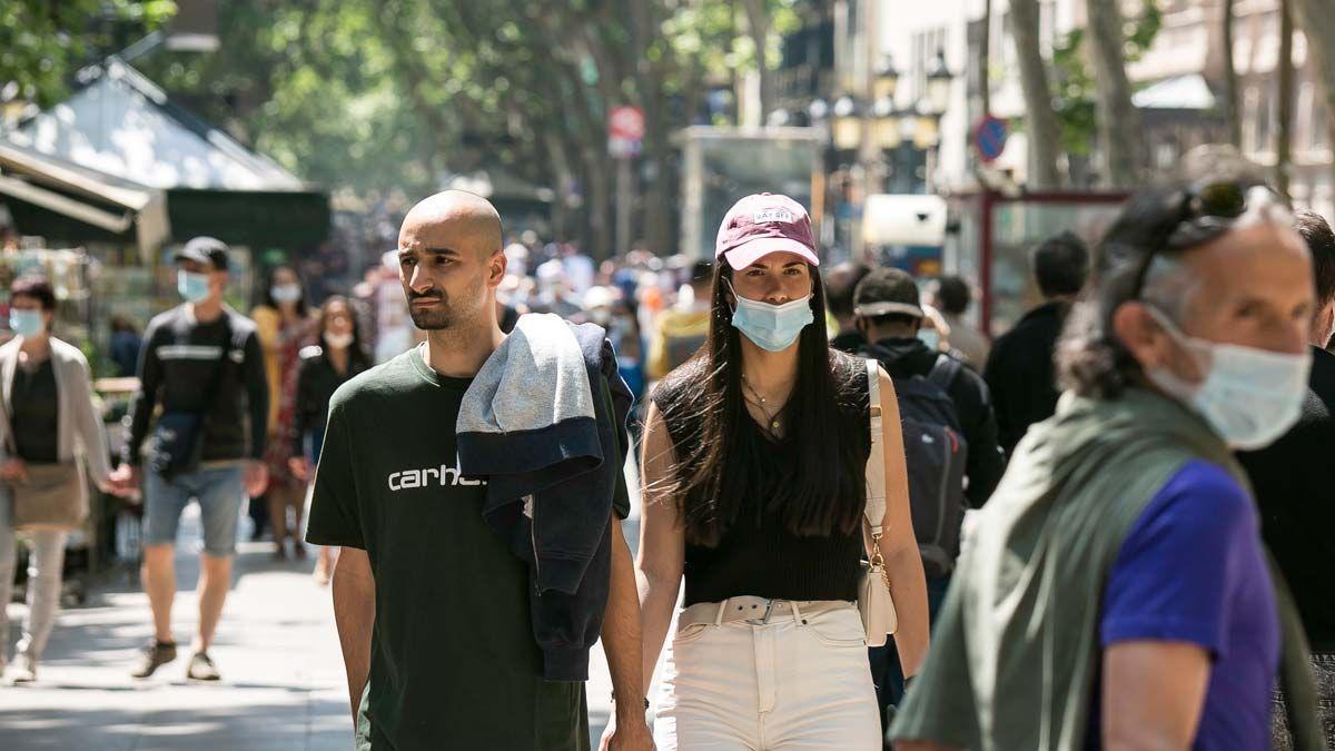Persones amb i sense mascareta, passejant per les Rambles de Barcelona