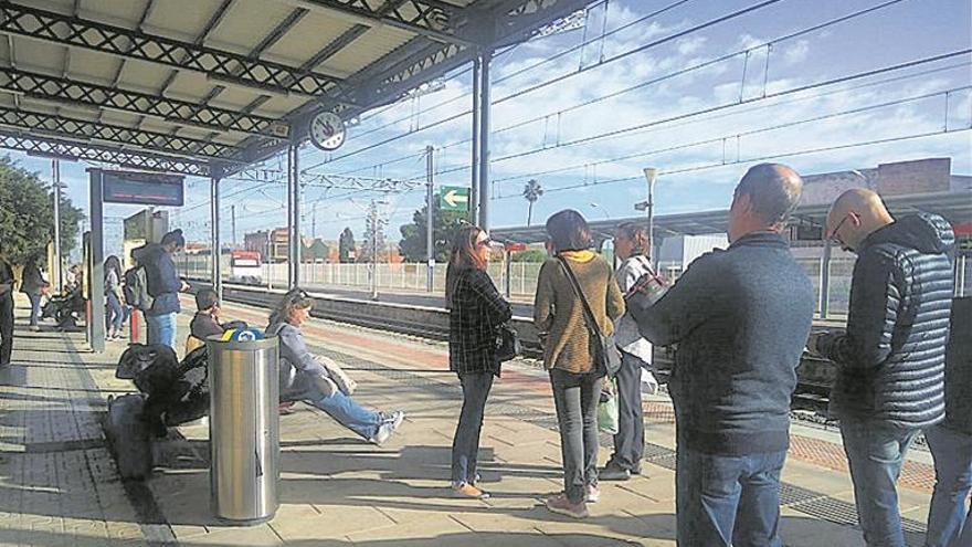 Dos horas de retraso en un tren de València a Castellón por una avería
