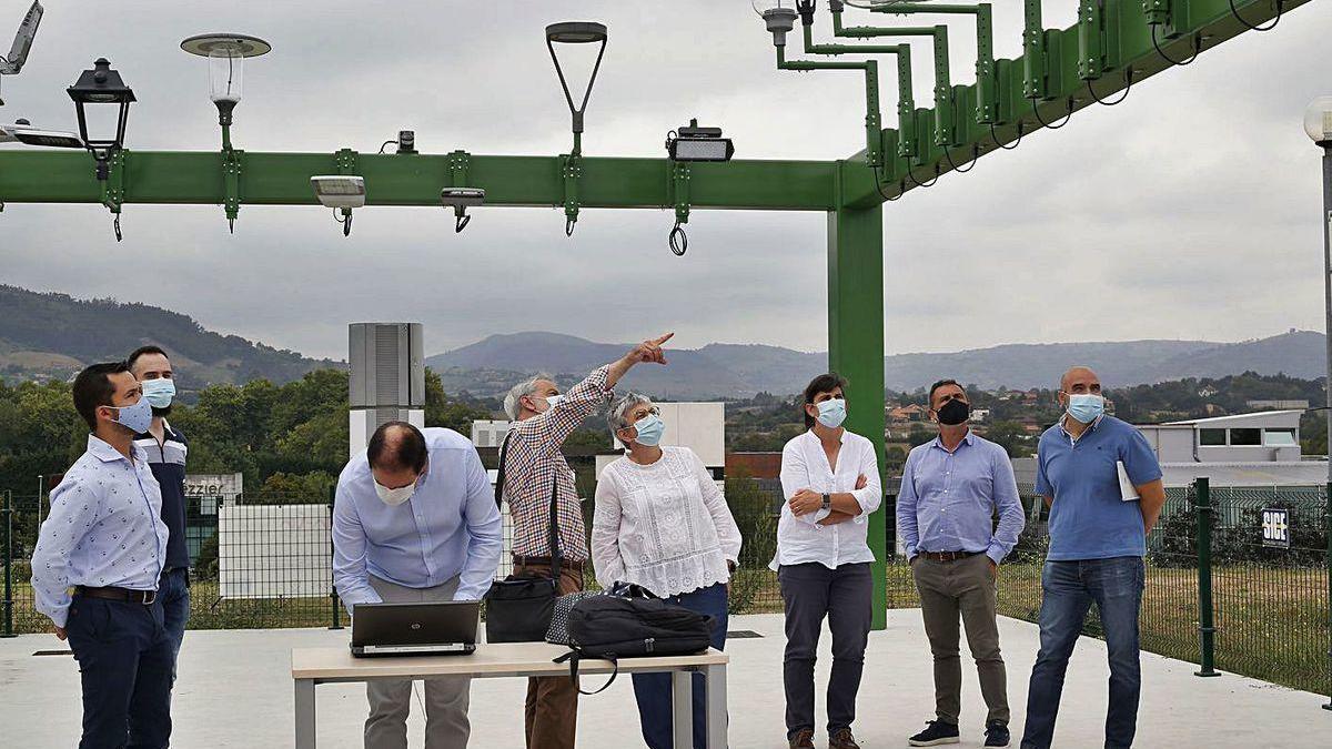 Ana González, junto a otros dirigentes municipales y responsables del proyecto, visita el lugar donde se están probando las nuevas luces.