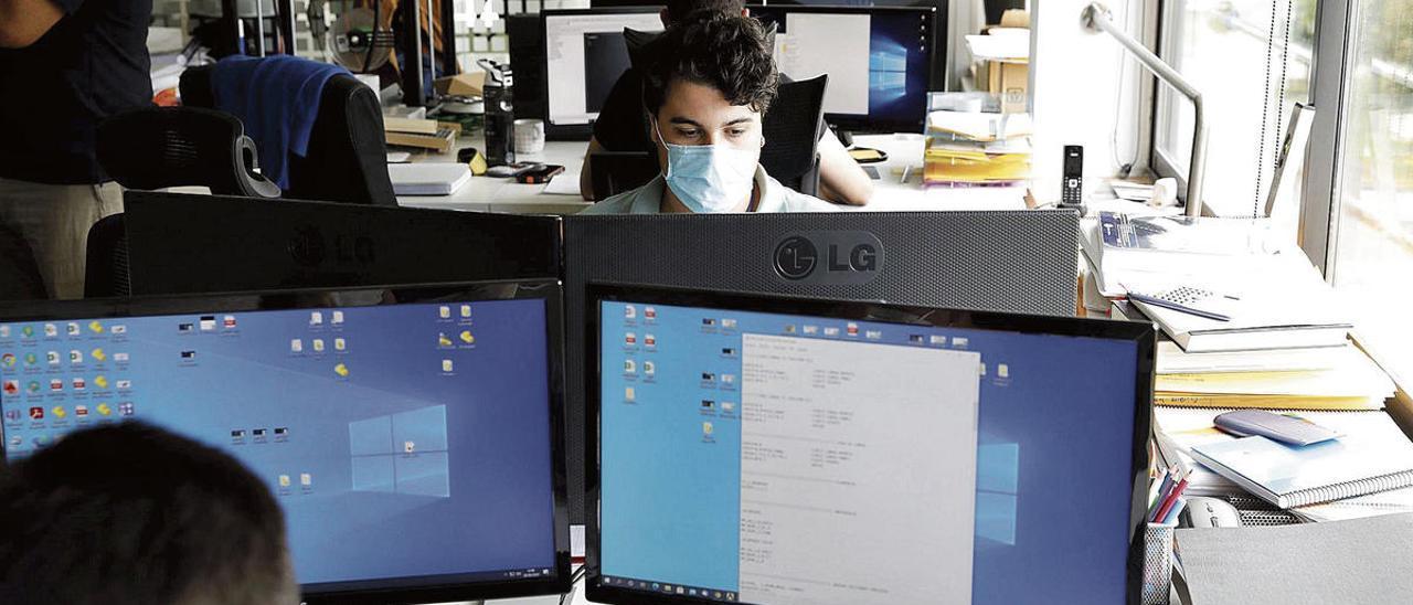 Varios informáticos asturianos trabajando en el dispositivo de rastreo.