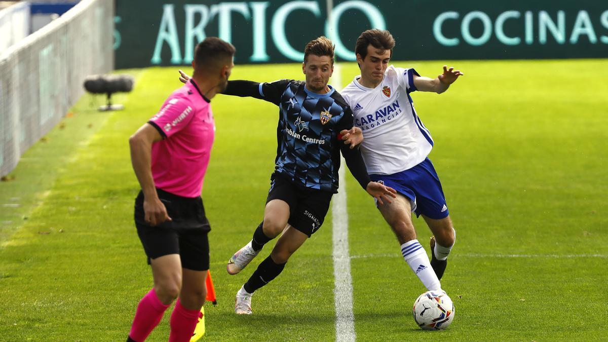 Francho pugna con un adversario durante el partido ante el Almería.