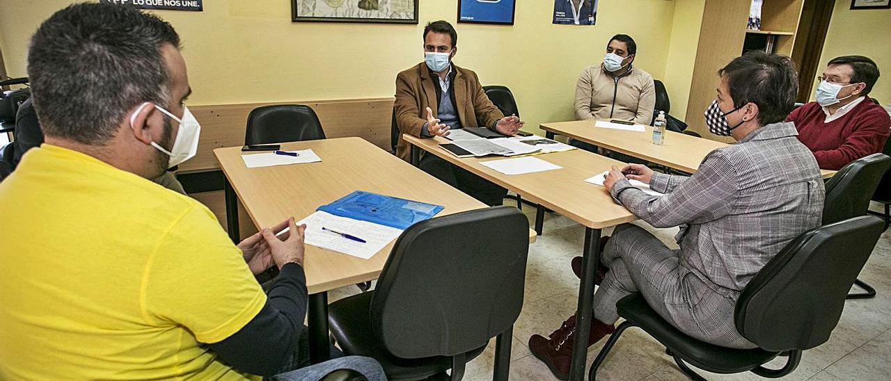 David García, de espaldas, conversa con Álvaro Queipo, en el centro de la imagen, junto a José Manuel Pimentao, Rafael Alonso y María Antonia García.