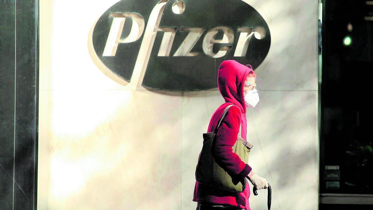 Una mujer pasa por delante de la sede de Pfizer en Nueva York.