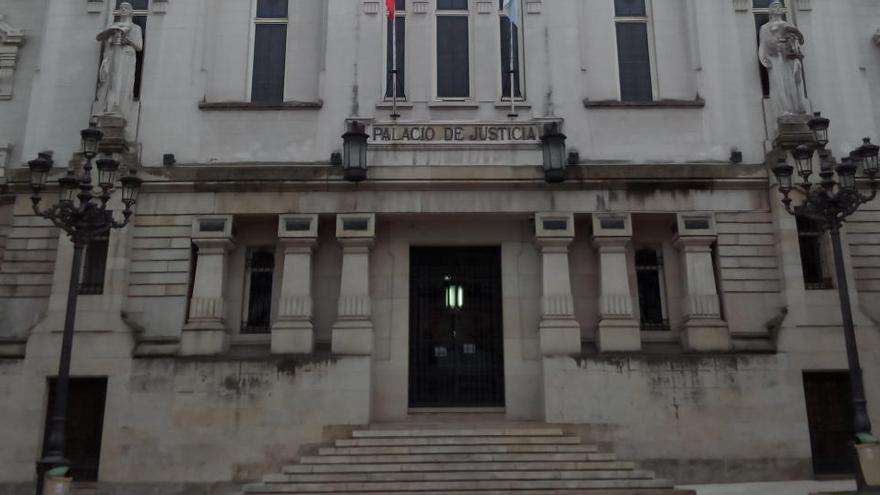 Más de seis años de cárcel por intentar cortar las orejas a su mujer en Orense