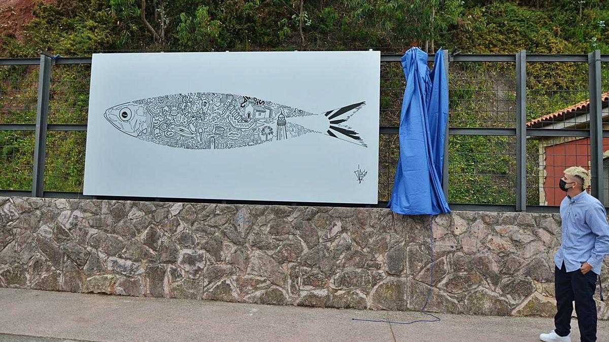 Diego Argüelles, ante el mural inaugurado ayer en el puerto de Candás.   B. G.
