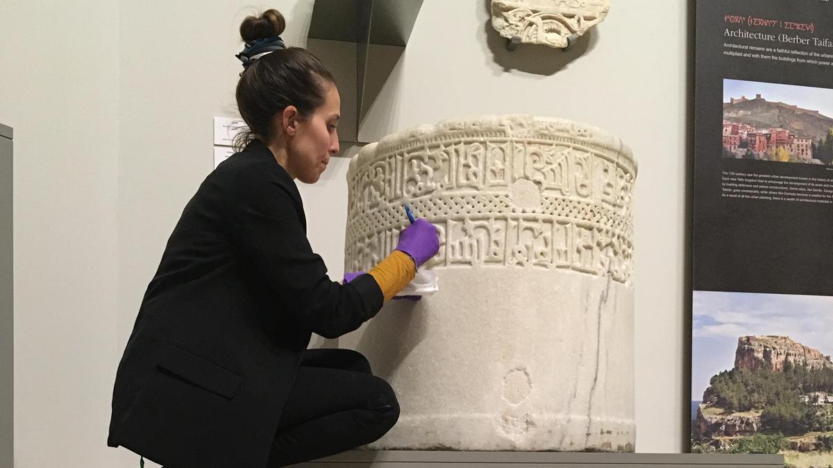 Romina Domínguez, en plena restauración de una pieza