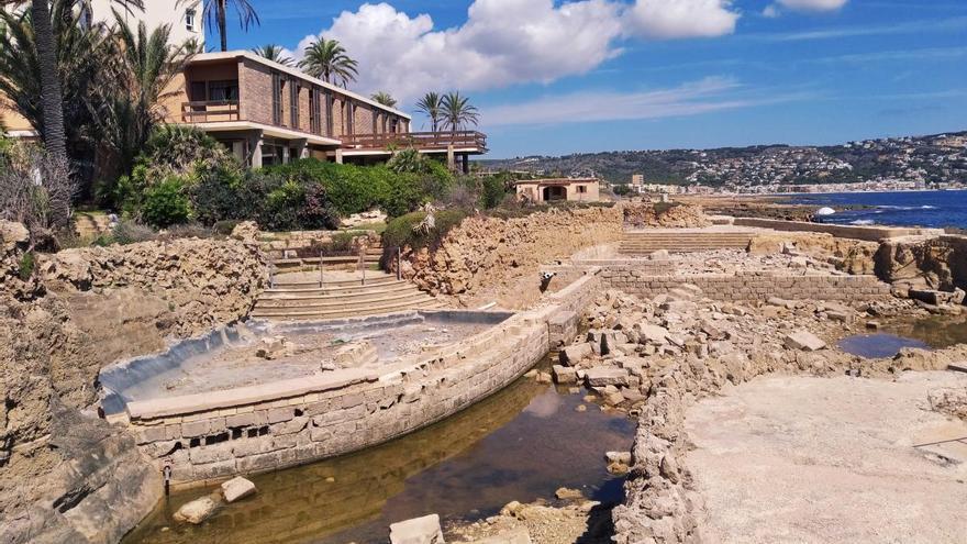Costas exige a los herederos de un ministro de Franco que retiren los cascotes que ensucian un tramo del litoral de Xàbia