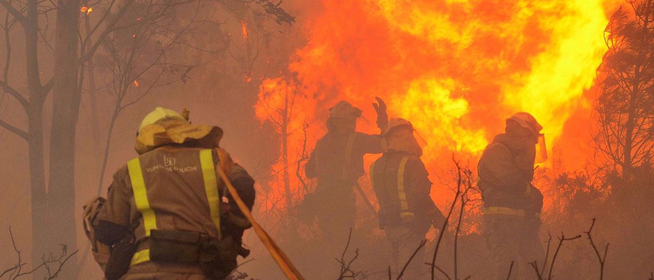 Brigadas de extinción trabajan para apagar un incendio en Rianxo