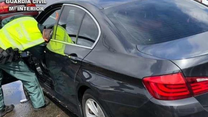 La Guardia Civil detiene a dos ferrolanos con casi mil dosis de cocaína en Caldas