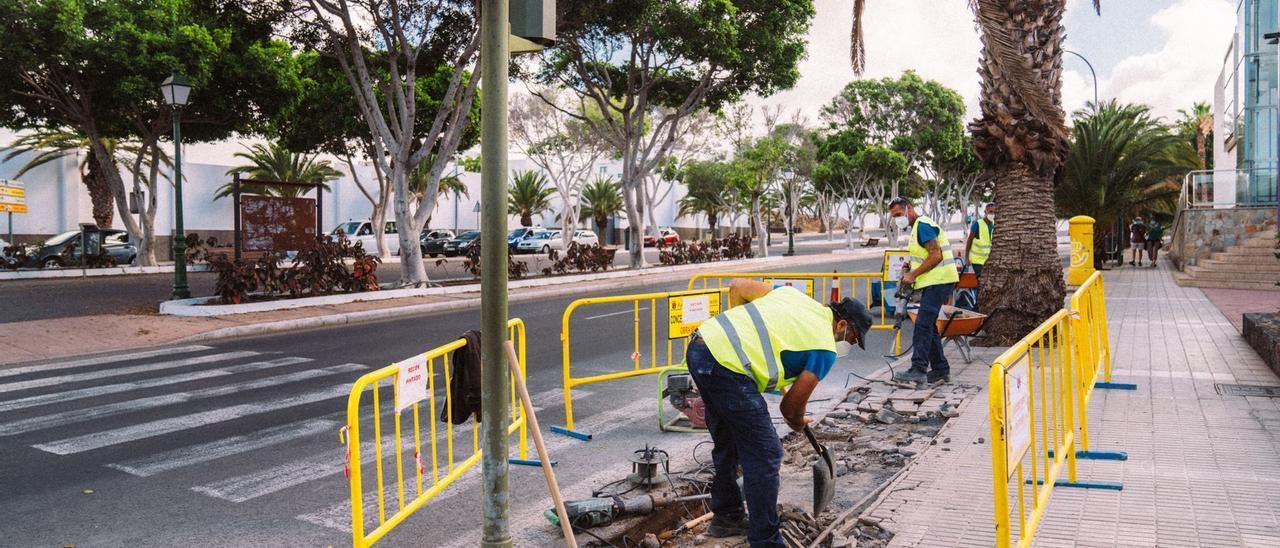 El Ayuntamiento mejora la accesibilidad y la seguridad en 15 pasos de peatones de Arrecife