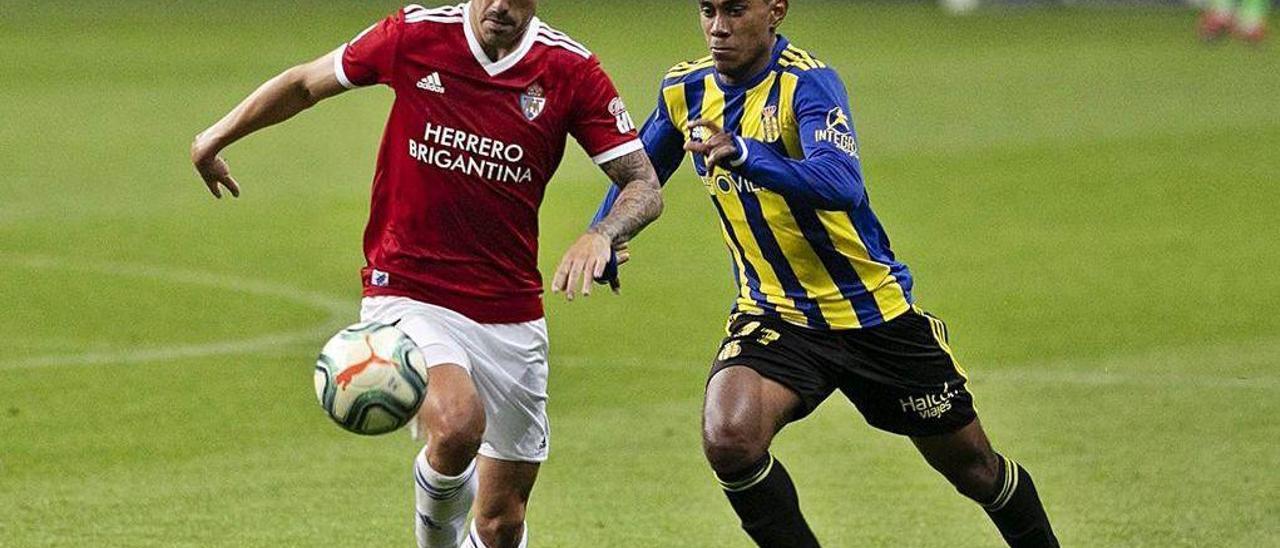 Bárcenas presiona a un futbolista de la Ponferradina.