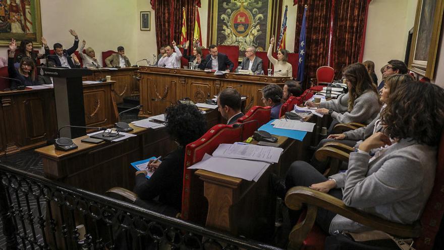 Pleno telemático en abril en Elche mientras la oposición carga contra el alcalde por el bloqueo informativo