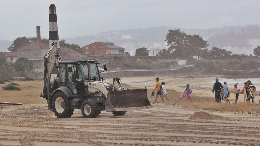 Denuncian al Seprona la explanación de dunas en la playa de Rodeira y la retirada de vegetación protegida