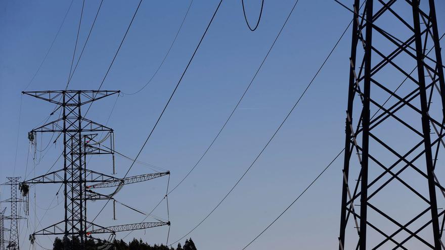 Industria prepara un plan de ayudas para las electrointensivas, tras el fiasco del estatuto