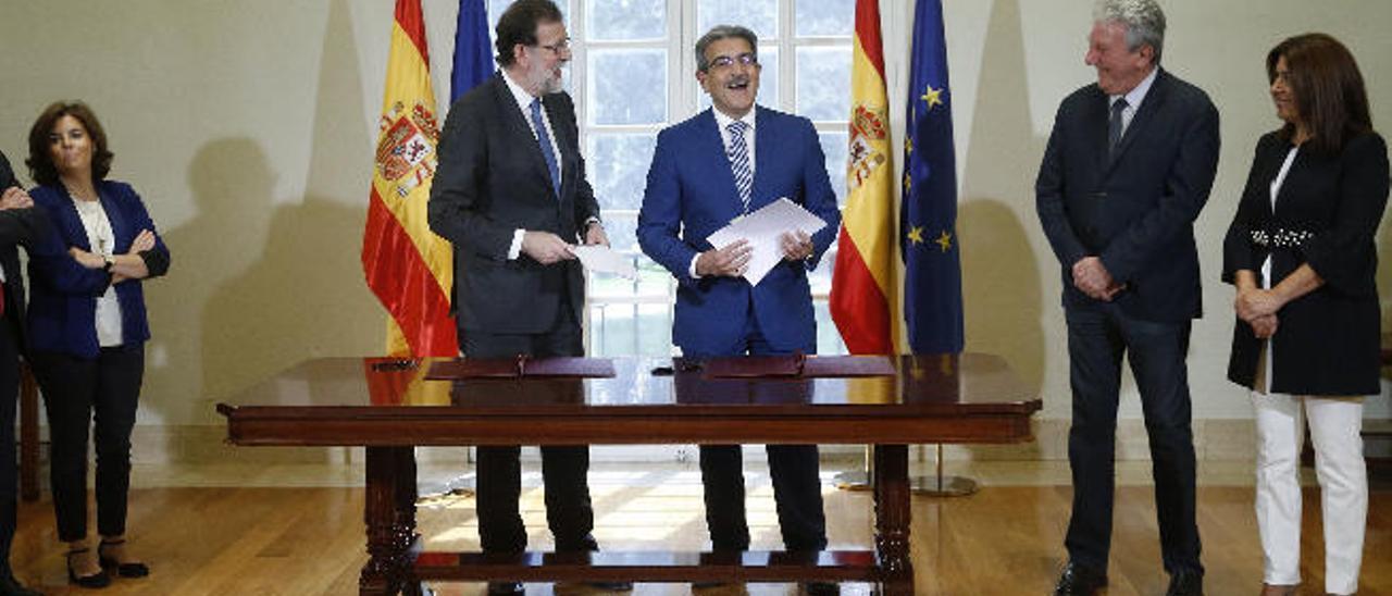 Imagen del 30 de mayo de 2017 de la firma del acuerdo de los dirigentes de NC con el gobierno de Mariano Rajoy para el apoyo de los presupuestos de ese año.
