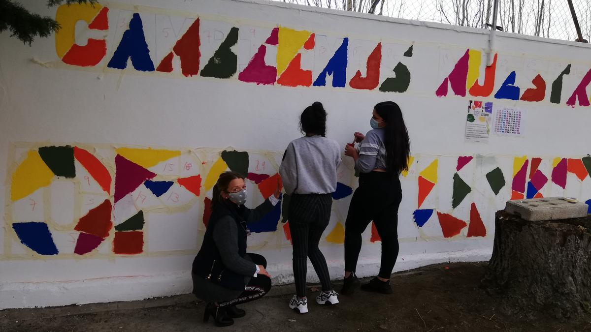 Pintada del mural colectivo con el lema elegido por votación.